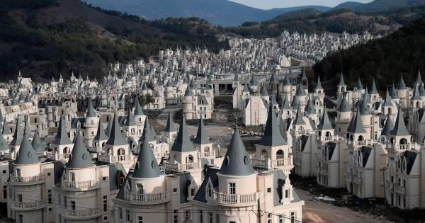 Bijna zeshonderd identieke kasteeltjes staan leeg na faillissement projectontwikkelaar
