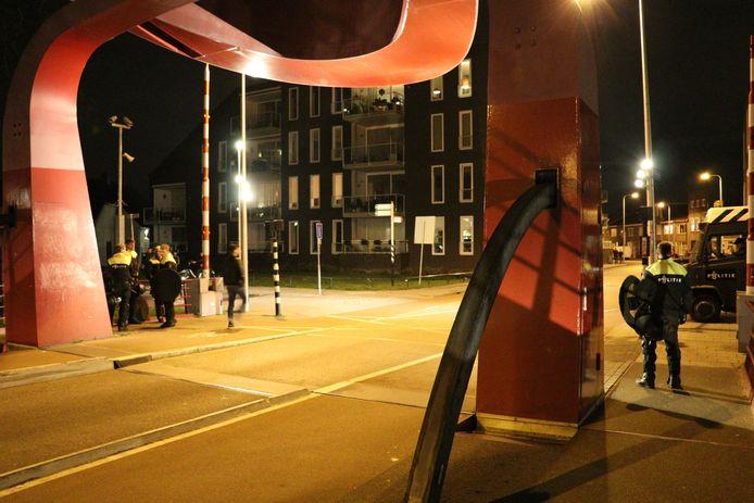 De ME staat paraat bij de Rode Brug in Ondiep, waar in april 2018 hooligans met elkaar op de vuist gingen