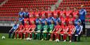 Elftalfoto van FC Twente. De vier trainers in het midden: tweede van links René Hake en uiterst rechts Sjors Ultee.