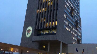 """VIDEO: """"Gorilla"""" beklimt gebouw Vlaamse Overheid"""
