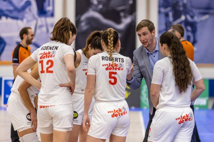 Coach Vincent van Sliedregt spreekt zijn speelsters toe.