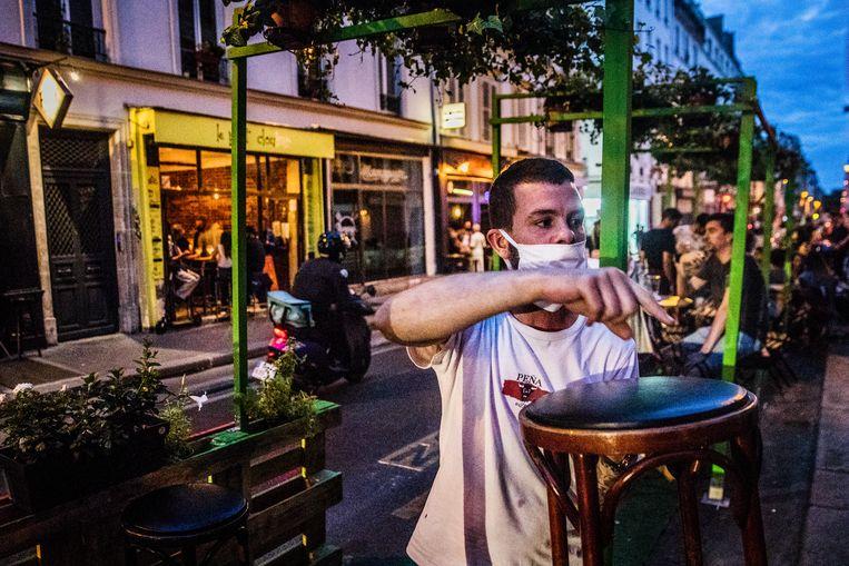 """""""Het is hier geen Berlijn, er is hier weinig ruimte en weinig groen"""", zegt Talel Teber, de uitbater van de Petit Clou Bar. """"Het 11de is het dichtstbevolkte arrondissement van de stad. Als je even buiten wilt zitten, ben je al snel op een terras aangewezen."""" Beeld Aurélie Geurts"""