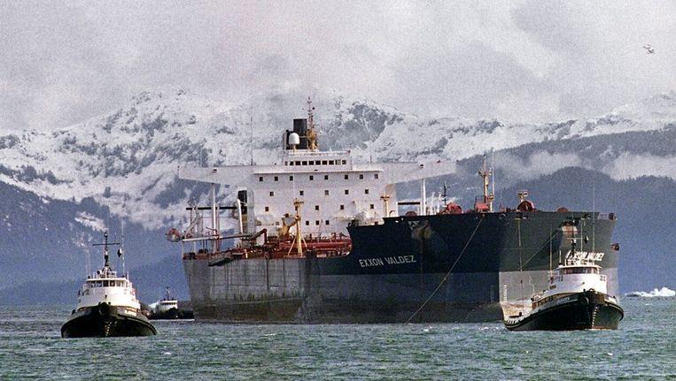 De Exxon Valdez wordt twee weken na het fatale ongeluk weggesleept. Beeld AFP