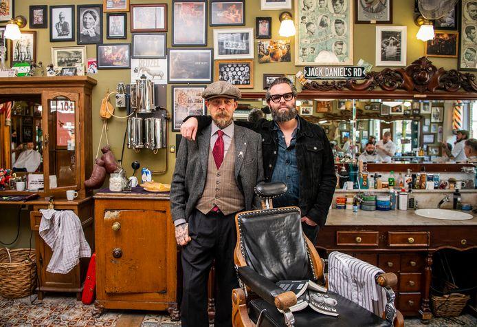 Schorem-duo Leen en Bertus in hun zaak aan de Binnenweg in Rotterdam. Foto: Frank de Roo