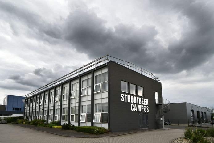 Het bedrijfsverzamelgebouw Strootbeek Campus aan de Steenzoutweg in Hengelo is de thuisbasis van zorgbureaus Alera, Ararat en Gouden Zorg. Het pand is eigendom van de accountant van het failliet verklaarde Alera, die ook de levenspartner is van de directeur van Alera.