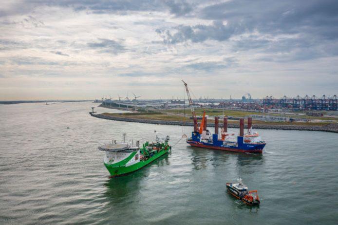 In de eerste tien kilometer van het offshorekabeltracé worden de benodigde windpark-kabels 5,5 meter diep in de zeebodem gelegd om de drukke Rotterdamse Maasmond te kruisen.