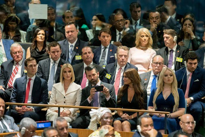 De familie van Donald Trump op de eerste rij  terwijl de president de 74ste bijeenkomst van de Algemene Vergadering van de Verenigde Naties toespreekt in New York, in september 2019. Van links naar rechts, Jared Kushner, Ivanka Trump, Donald Trump Jr., Kimberly Guilfoyle, Tiffany Trump.
