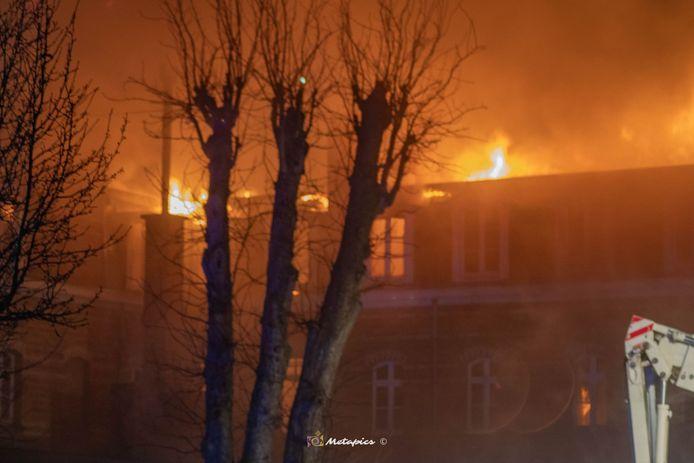Het leegstaande gebouw van het voormalige KTA in De Panne staat in lichterlaaie.