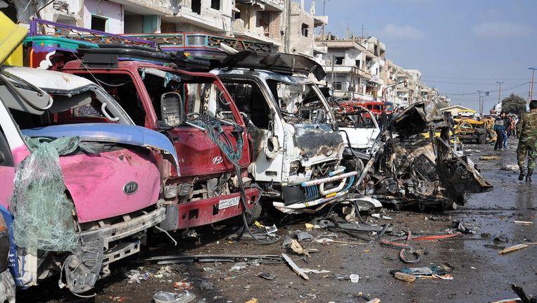 Een straat in Homs na een dubbele bomaanslag. Beeld EPA