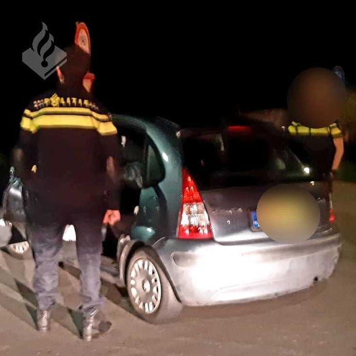 De auto met daarin de drie Amsterdammers werd in de buurt van Lelystad aan de kant gezet, waarna de verdachten werden aangehouden.