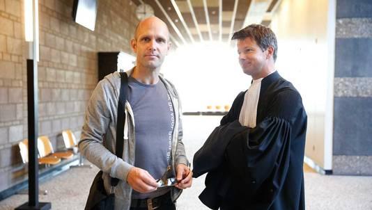Activist Frank van der Linde en zijn advocaat Willem Jebbink in de rechtbank van Den Haag voorafgaand aan een kort geding over het gebruik van de omstreden nekklem.