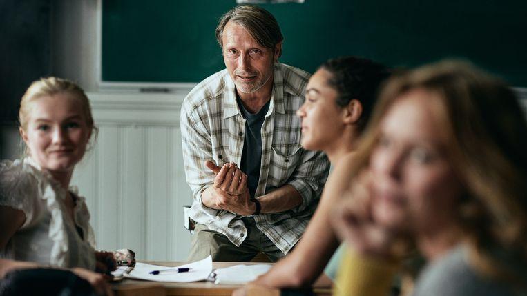 Mads Mikkelsen als leraar voor de klas in 'Drunk'.  Beeld RV