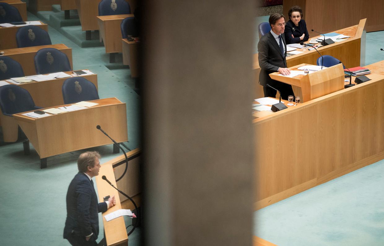Demissionair Premier Mark Rutte in januari in debat met Kamerlid Pieter Omtzigt (CDA), die met zijn vuist op tafel slaat.  Beeld Freek van den Bergh / de Volkskrant