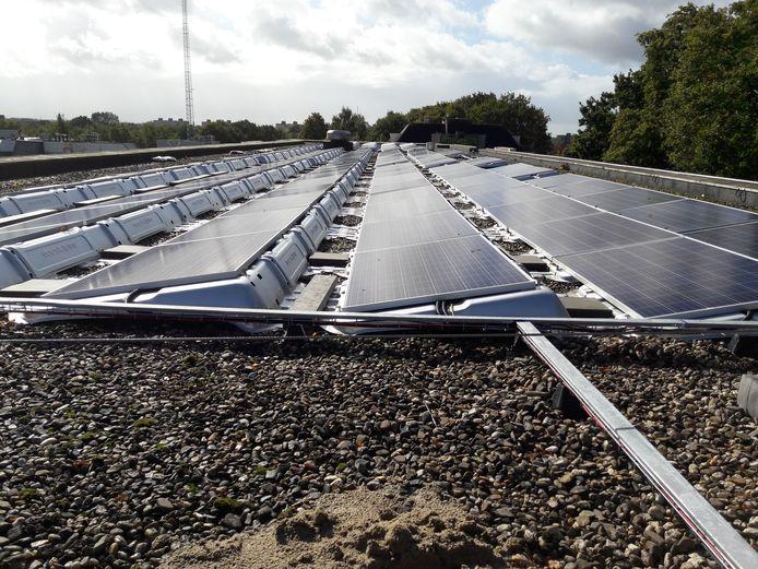 Zonnepanelen op een dak.