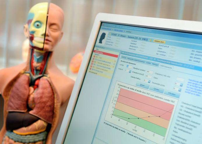 Een anatomische model en het elektronisch patientendossier in een huisartsenpraktijk.