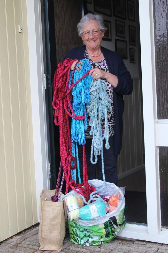 Maria Coolen uit Boerdonk breit én deelt pakketten uit voor Het Netwerk.