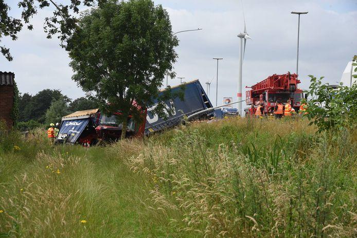 De vrachtwagenchauffeur kwam naast de weg in een gracht terecht.