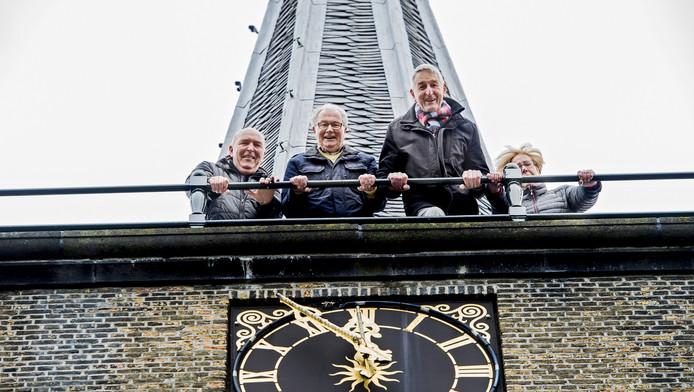 De omwonenden Teun Reijm, Wim Molenaar, Ria de Wit en Jaap Klein willen het vertrouwde geluid van de klok van de Capelse Dorpskerk ook 's nachts niet missen