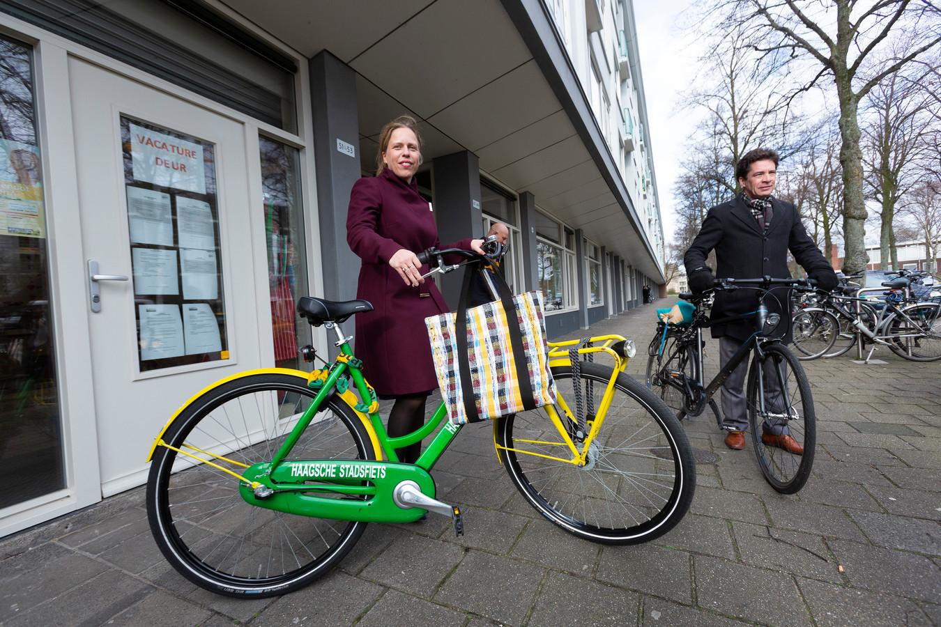 Minister Carola Schouten fietst net zo gemakkelijk op een groen gele fiets, hier bij een werkbezoek aan Moerwijk.