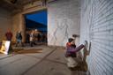 Stephan Peters aan het werk in 2018 aan zijn project 'Go clean, come clean' in het fietstunneltje bij het Zwitsalterrein.