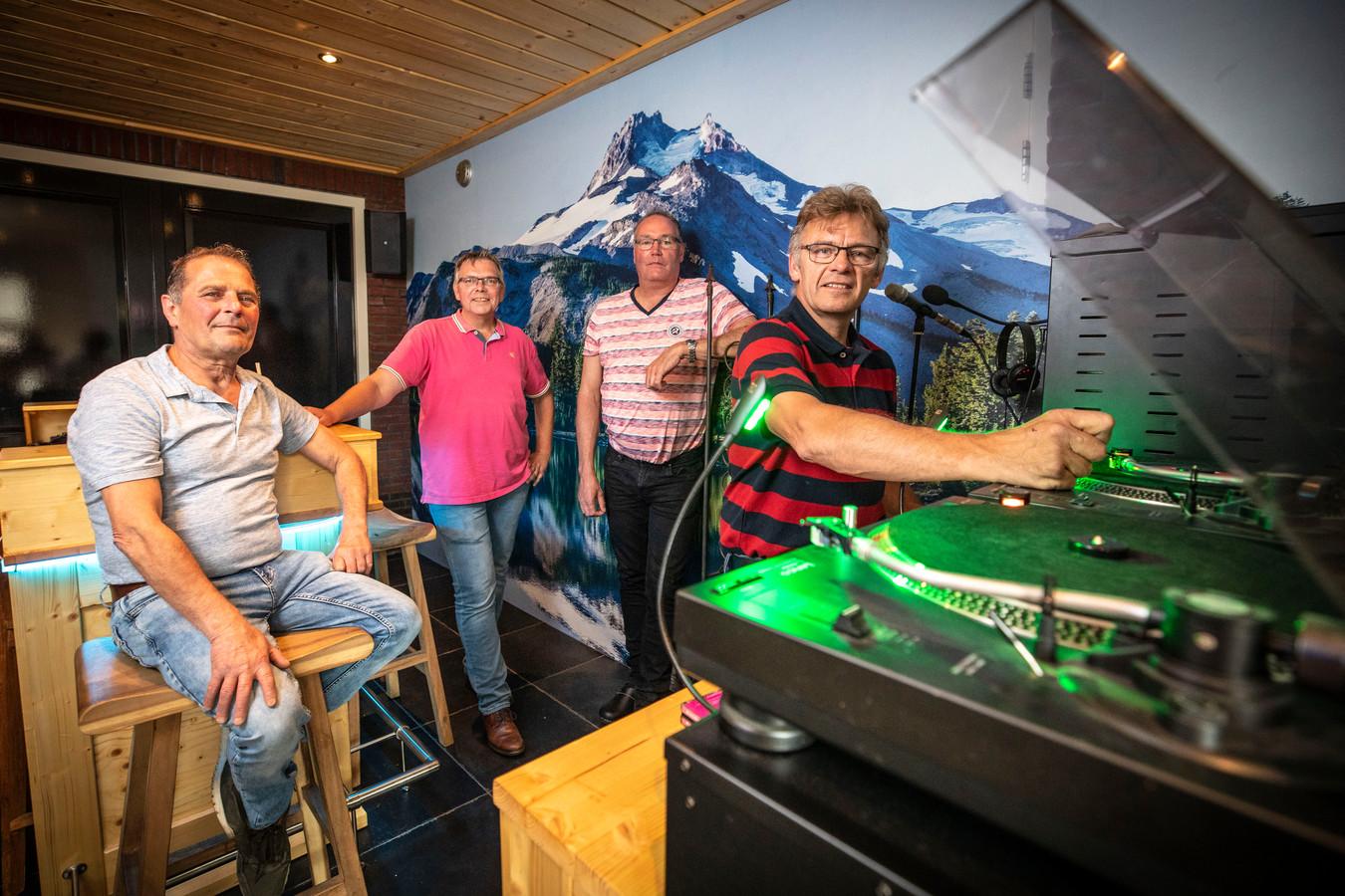 Claus Gommer, Robert Degen, Eric Moes en Alwie Nieuwhuis (van links naar rechts) van Radio Expansie. De Radiozender is in 2010 opgericht door Eric Moes uit Westerhaar.