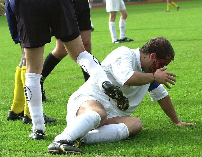 Illustratie geweld op een voetbalplein.