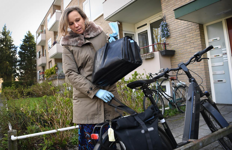Huisarts Trudy Oldenhuis gaat op pad voor huisbezoeken. Beeld Marcel van den Bergh / de Volkskrant