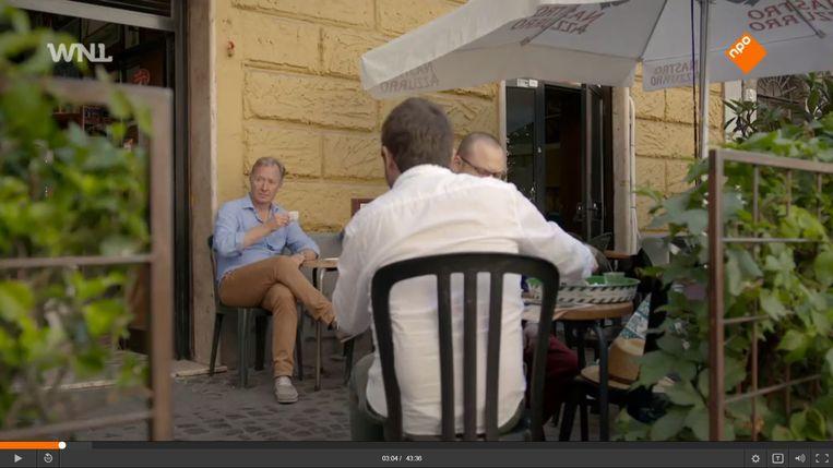 Hier drinkt Rick Nieman heel Italiaans een espresso in de Romeinse wijk Trastevere. Beeld WNL