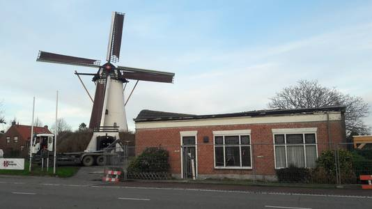 Het dak van de oude woning bij de Antoniusmolen in Halsteren is al verwijderd.