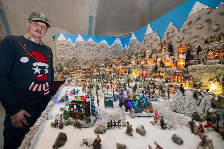 Frank Smet toont trots zijn bouwwerk in het heemmuseum.