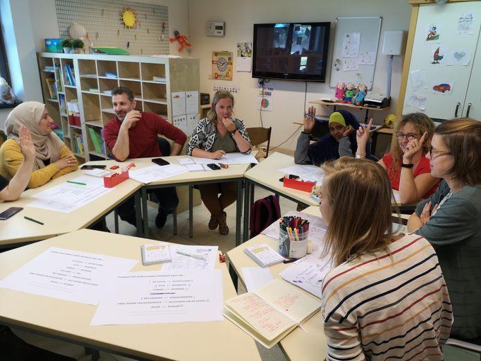 Binnen het SIREE-project van ARhus denken ouders van BS Ring samen met de school en de brugfiguur van Stad Roeselare na over hoe het beter kan op school, zodat iedereen zich welkom voelt.