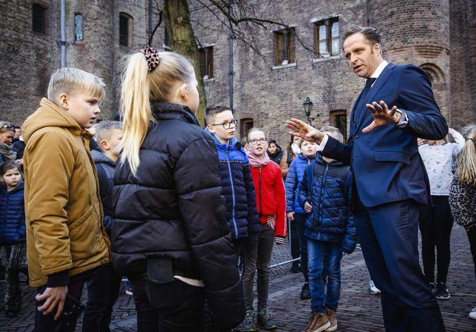 Corona-minister Hugo de Jonge is met kinderen in gesprek op het Binnenhof. Meer kinderen in de leeftijdsgroep tot 10 jaar zijn in februari getest op het virus.