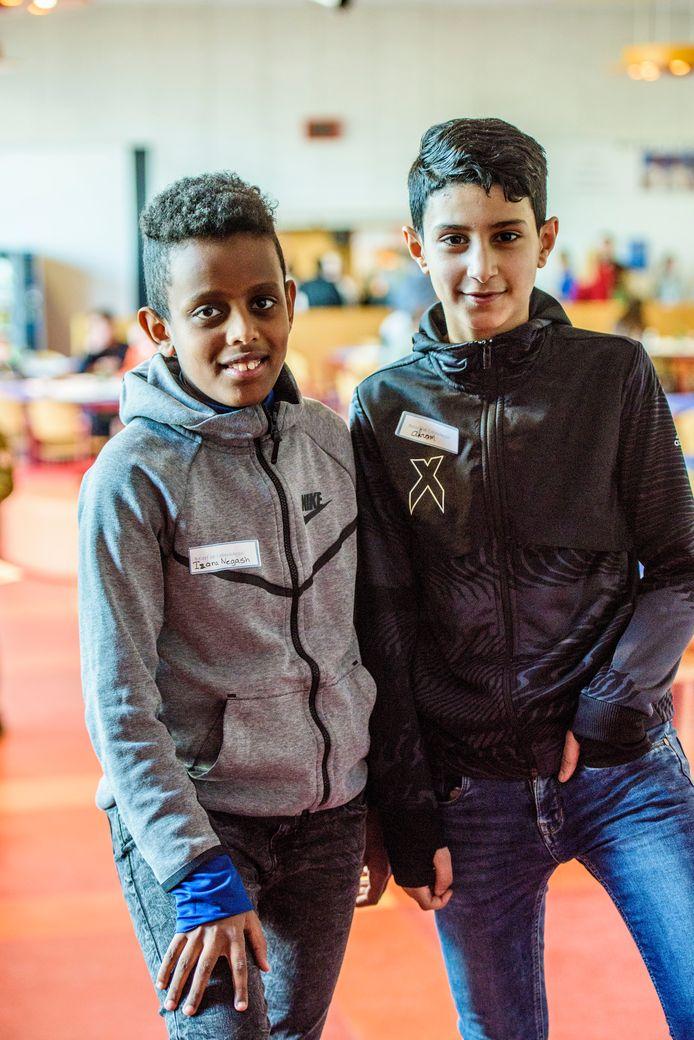 Izana Negash (11) en Akram Alanazi (12) tijdens de open dag van 2College Cobbenhagenlyceum.