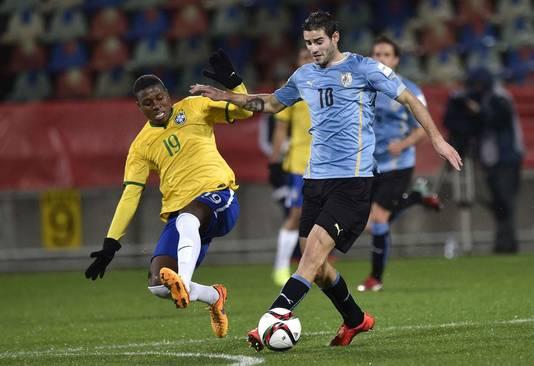 Gastón Pereiro (rechts) in actie voor Uruguay tegen Brazilië op het WK onder 20.