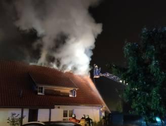 Blikseminslag zorgt voor dakbrand op vakantiepark, huurders tijdig in veiligheid