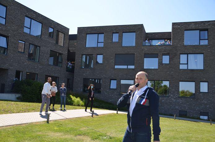 Tijdens de eerste lockdown ging Yves Segers nog optreden in de tuin van het Kartuizerhof in Lierde, nu doet hij het via live stream.