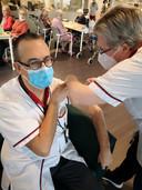 Stefaan Acke en zijn collega Sandra Surmont kregen als eerste personeelsleden de inenting