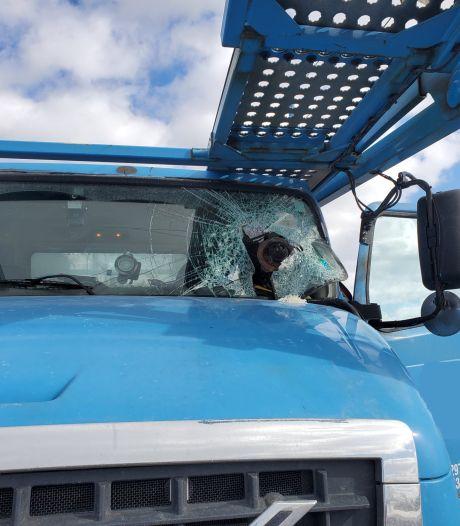 Groot stuk metaal doorboort voorruit truck, bestuurder overleeft bizar ongeval