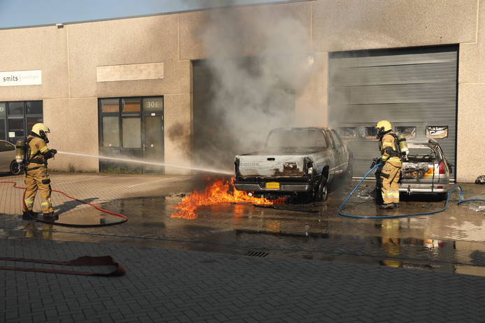Twee auto's branden uit in Oss.