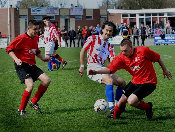 In 2011 speelde AZVV (gestreepte shirts) tegen De Noormannen.  Twee jaar later fuseerde AZVV met VV Axel en werd FC Axel. Dat was één van de vele fusies in het Zeeuwse voetbal in het afgelopen decennium.