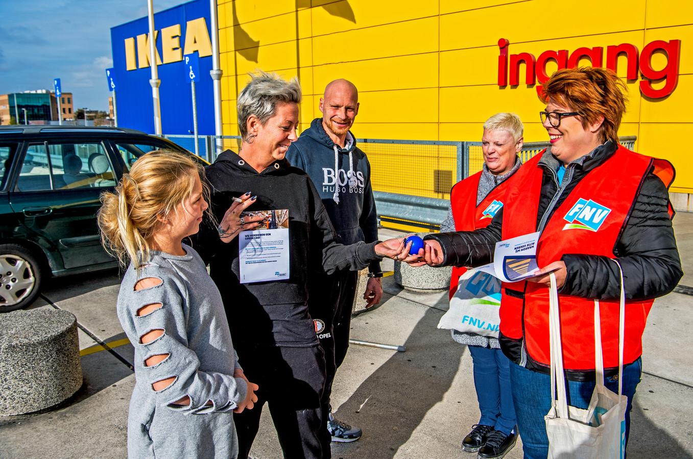 Bijna alle klanten van Ikea pakken een balletje aan en blijven even staan voor een praatje over de werkdruk.