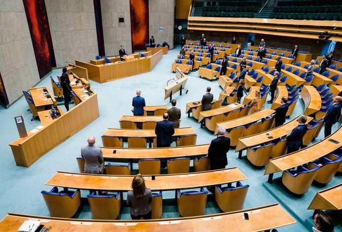 Bij de herdenking in de Tweede Kamer van de moord op Samuel Paty was het parlement eensgezind. Over de vraag hoe aanslagen voorkomen kunnen worden en hoe ver de vrijheid van meningsuiting reikt, zijn de partijen verdeeld.