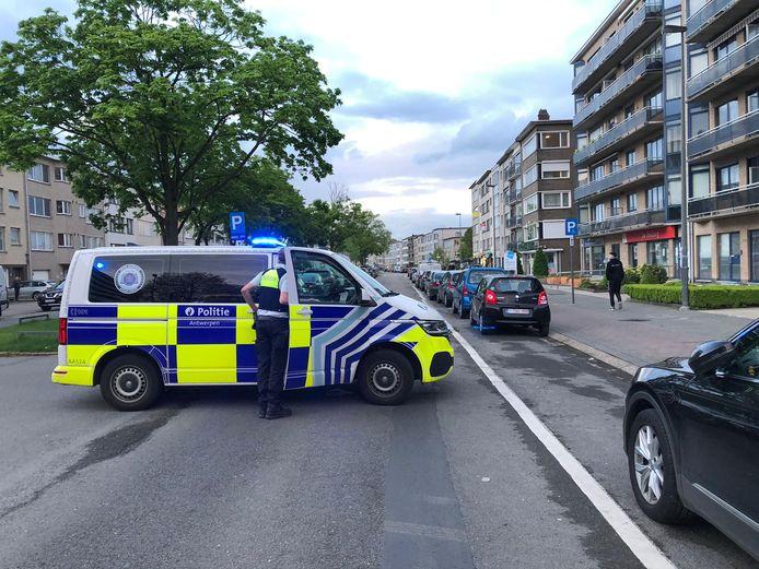 De jongen liep tussen twee wagens de straat op en werd geraakt door een voorbijrijdende wagen