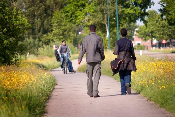 Een foto ter illustratie. Asielzoekers in 2009 nabij het opvangcentrum in Gilze.