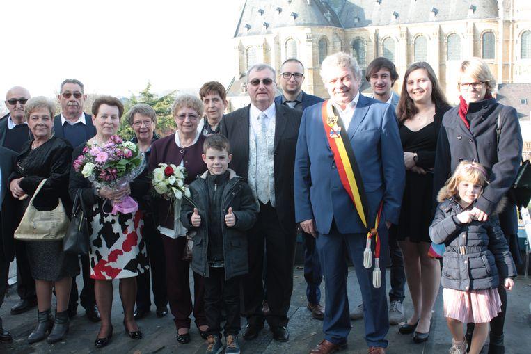 De jubilarissen met hun familie en burgemeester Chris Selleslagh.