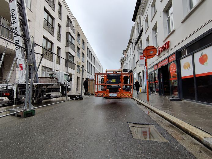 De kraan wordt gebruikt voor de bouw van een appartementenblok tegenover de Delhaize in de Vleminckveld.