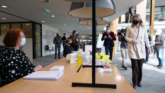 Minister Kajsa Ollongren bezoekt het 'coronaproof' stembureau in het Alphense gemeentehuis