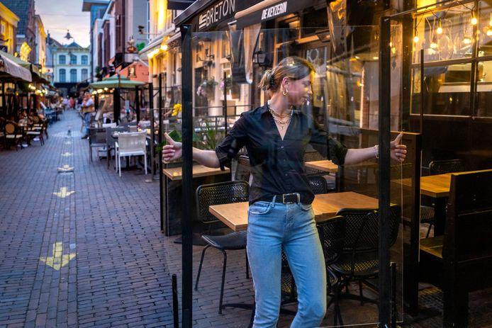De Korte Putstraat in Den Bosch was zondagavond om tien uur zo goed als uitgestorven, mogelijk als gevolg van de bonnenregen op vrijdag.