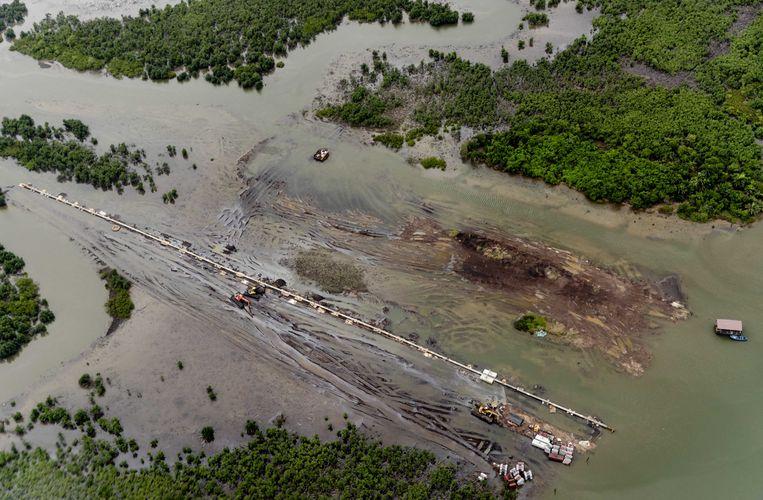 Reparaties aan oliepijpleidingen van Shell in de Nigerdelta in Nigeria. De lekkende pijpleidingen van Shell zorgen voor grootschalige vervuiling in het gebied.  Beeld ANP