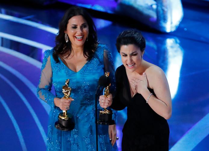 Rayka Zehtabchi en Melissa Berton met hun Oscar voor 'Period. End Of Sentence.'